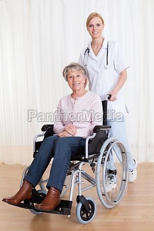 interessierender doktor der behinderter patient hilft
