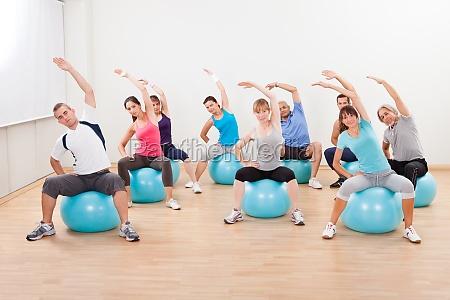 pilates klasse ausuebung in einem fitnessstudio