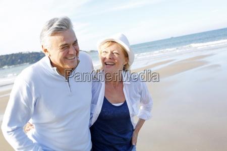 senior paar am strand in der