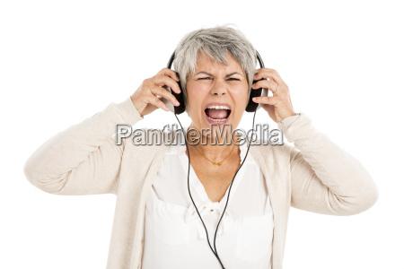 aeltere frau hoeren musik