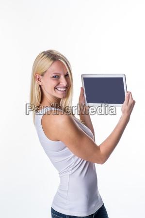 blondine mit tablet in der hand