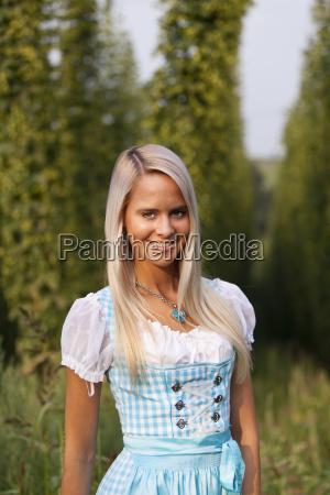 bayerisches madl in ein dirndl