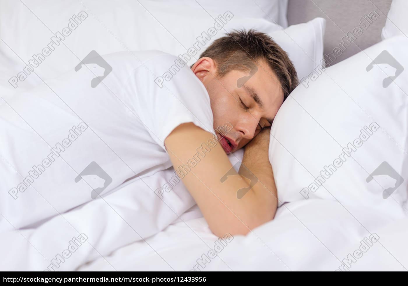 gut aussehend mann schlafend im bett - Lizenzfreies Foto - #12433956 ...