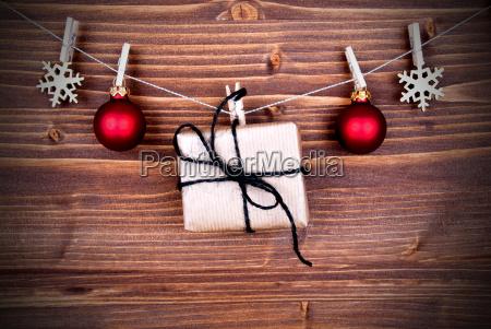weihnachtsgeschenk und dekoration auf einer linie