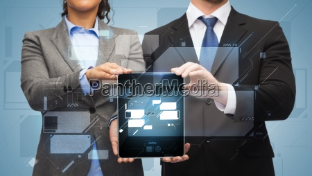 geschaeftsmann und geschaeftsfrau mit tablet pc