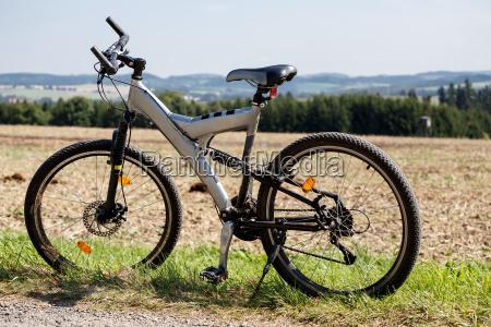 fahrrad auf einer wiese geparkt