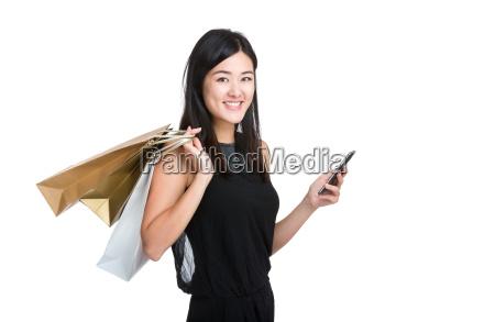 mujer joven asiatica tener telefono movil