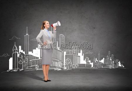 laechelnde geschaeftsfrau mit megaphon