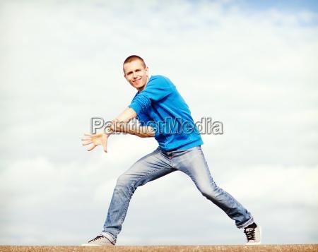 huebscher junge der tanz bewegt