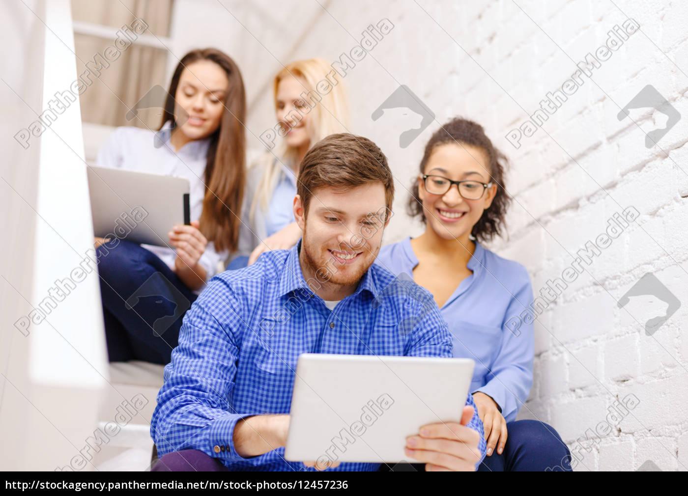 team, mit, tablet-pc-computer, sitzen, auf, treppe - 12457236