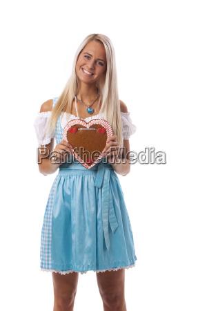 bayerische frau mit einem lebkuchen herzen
