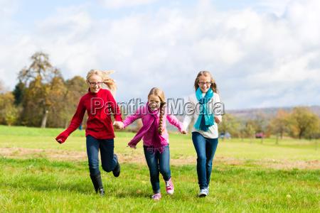 maedchen rennen durch herbst park