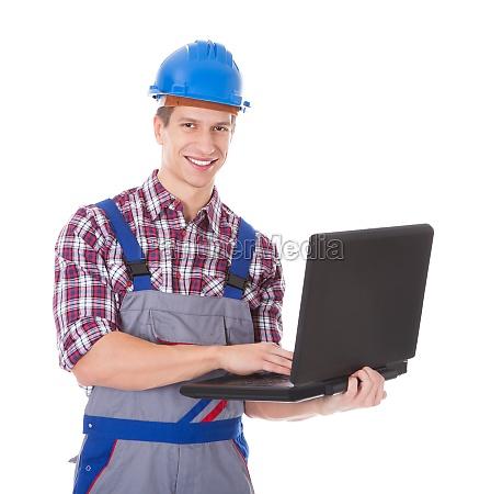 architekt nutzt laptop
