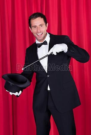 ein magier in einem schwarzen anzug