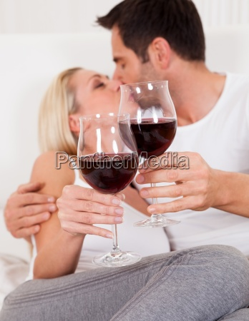 paare die mit rotwein roestet