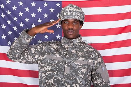 salutieren soldat vor amerikanischer flagge