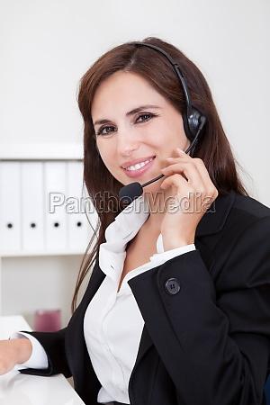 junge smiling unterstuetzen telefonische betreiberinnen