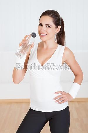 athletic frau trinkwasser