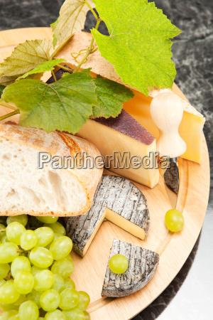 kaeseplatte mit weintrauben und weissbrot