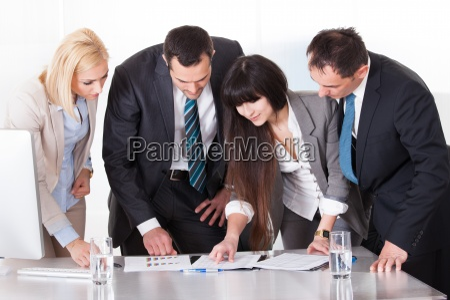 buero diskussion schreibtisch deal geschaeft business