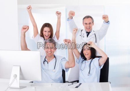 gruppe gluecklicher AErzte