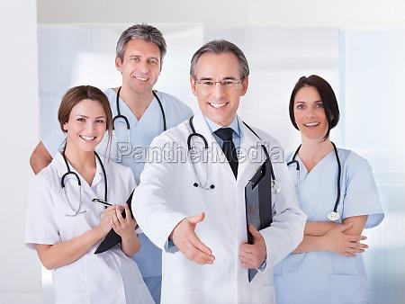 doktor streckte seine hand zu schuetteln
