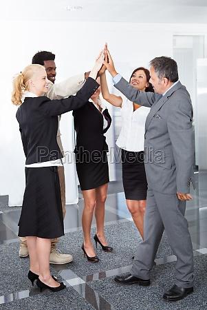 geschaeftsleute feiern mit einem high five