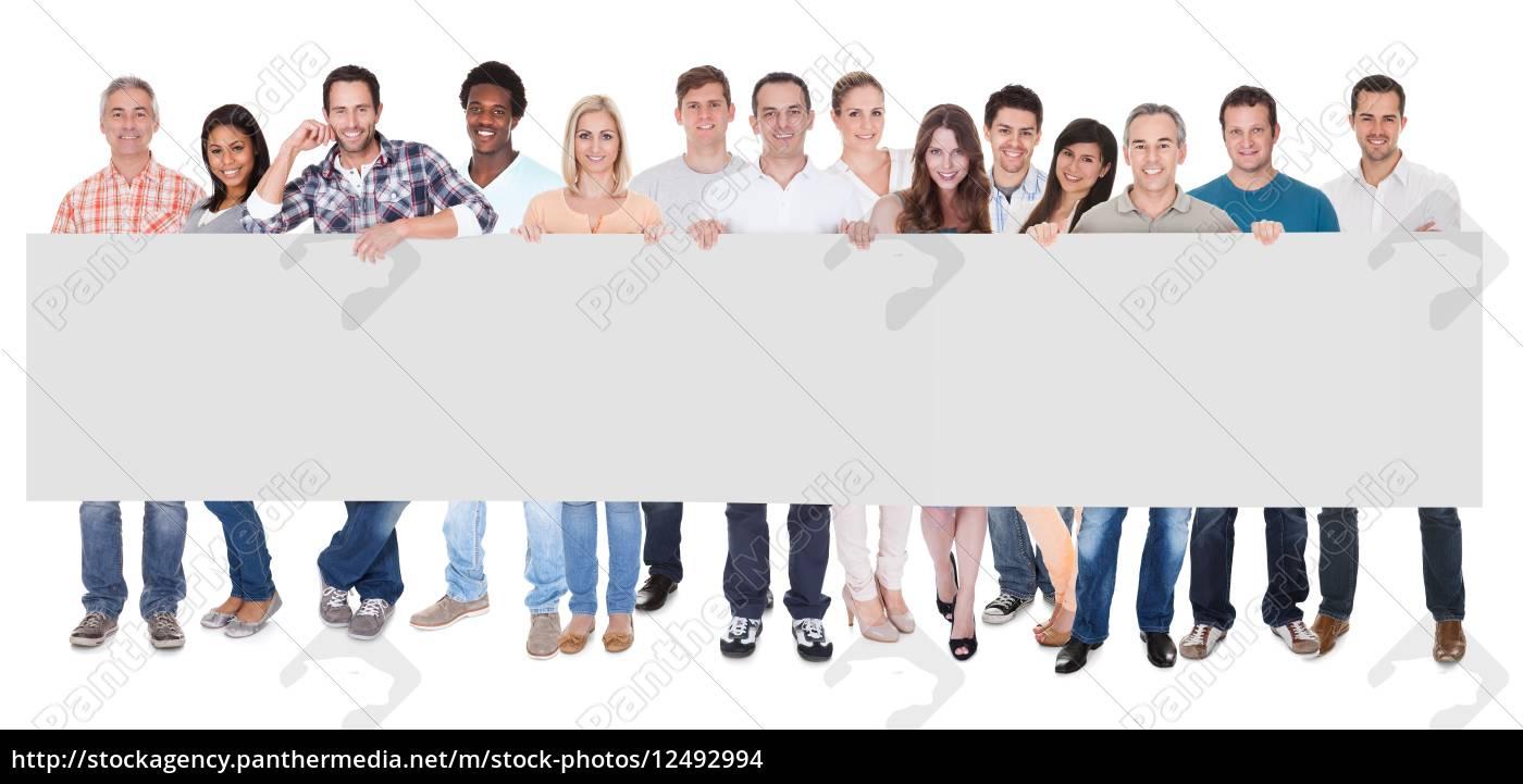 gruppe, geschäftsleute, die, mit, einem, leeren, banner - 12492994