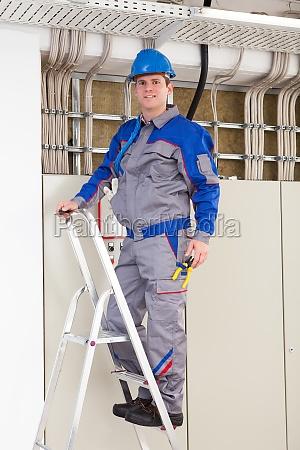 young worker mann mit schutzhelm