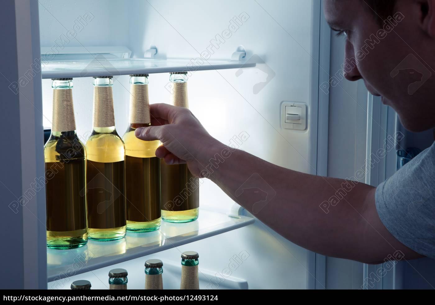 Mini Kühlschrank Bier : Mann der bier aus einem kühlschrank lizenzfreies foto #12493124
