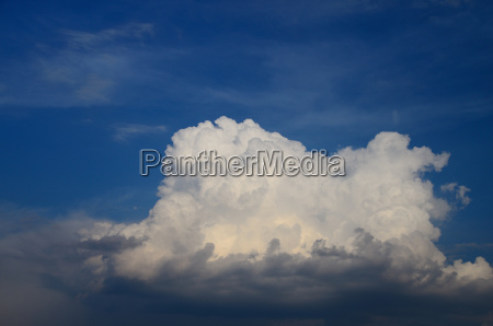 grosse weisse wolken am himmel