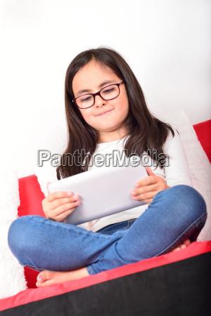 schulmaedchen lernen mit tablet pc zu