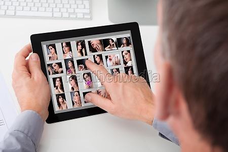 mann browsing bilder von jungen frau