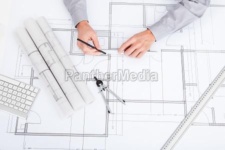 architekt zeichnet auf blaupause