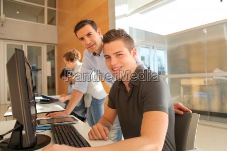 educator helfen student in ausbildung klasse