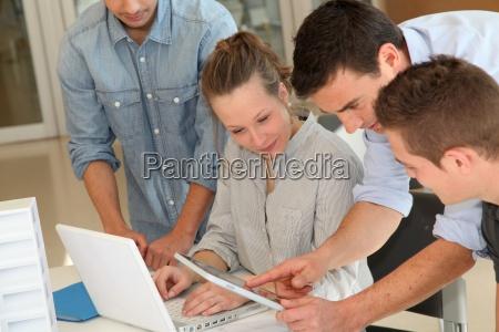 educator mit studenten der architektur arbeitet