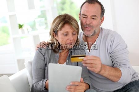 aeltere paare mit kreditkarte online zu