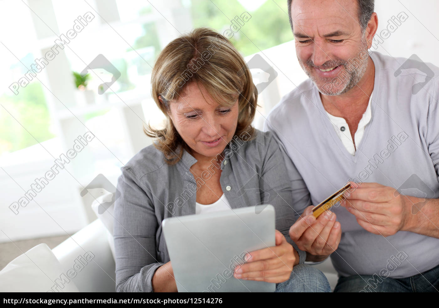 ältere, paare, mit, kreditkarte, online, zu - 12514276