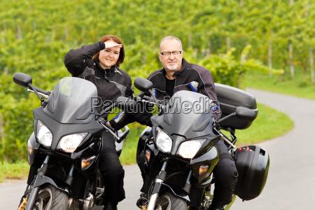 zweiradfahrer mit blick in die kamera