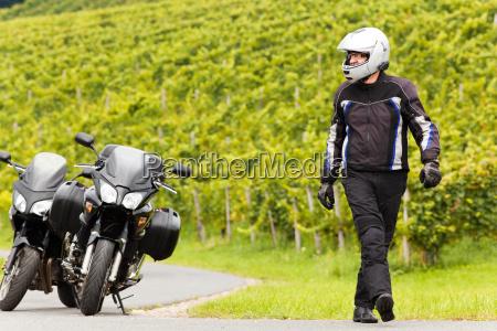 motorcyklist med en hjelm gar pa