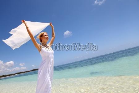 braut auf dem strand mit weissem