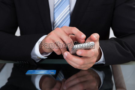 empresario enviando un mensaje de texto