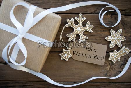 weihnachtsgeschenk und plaetzchen mit frohe weihnachten