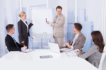 businessman geben praesentation an kollegen im