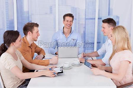 geschaeftsleute diskutieren am konferenztisch