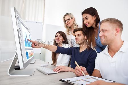 smiling geschaeftsleute mit desktop pc