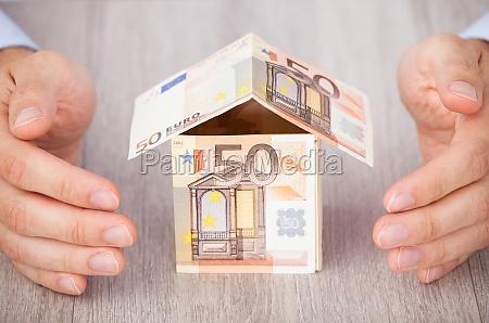 haende des geschaeftsmannes schuetzen euro house