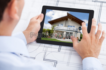 architekt analysiert haus auf digitales tablet
