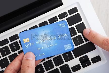 geschaeftsmann mit kreditkarte online banking am