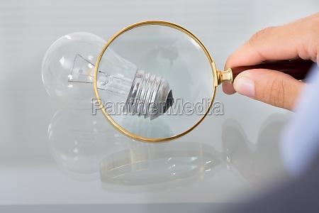 geschaeftsmann inspektion gluehbirne